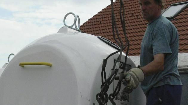 UŽ JSOU NA MÍSTĚ. Zaměstnanci technických služeb společně s Josefem Starým z městského úřadu ve čtvrtek rozváželi po Prachaticích nové kontejnery na bílé sklo.