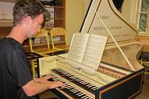 Student cembalové třídy při letošních kurzech Letní školy staré hudby v Prachaticích.