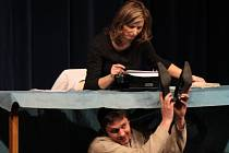 Druhé soutěžní představení letošní přehlídky Štít města Prachatice sehrál volyňský soubor VODVAS. Diváky pobavil absurdní komedií Zima pod stolem.