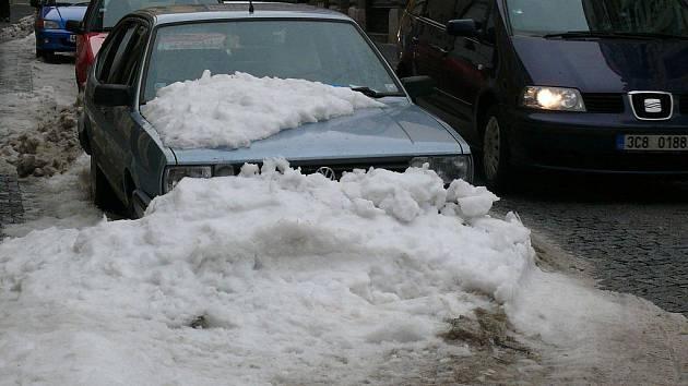 Odstraňování sněhu ze střech v Prachaticích.