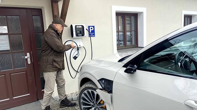 Auta s elektrickým pohonem používají zaměstnanci Městských lesů i Městského úřadu ve Volarech.