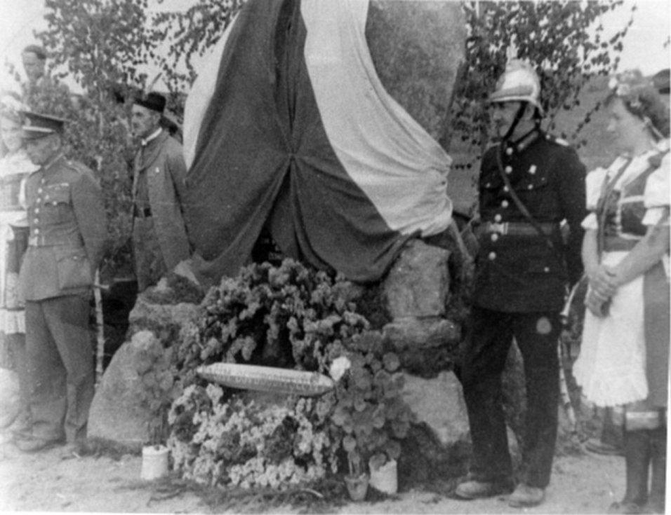 Odhalování původního Památníku setkání pěti armád ve Vitějovicích v květnu 1946. Fotografie z Diplomové práce Mgr. Pavla Študlara Prachatickému deníku poskytl Emil Nachlinger z Těšovic