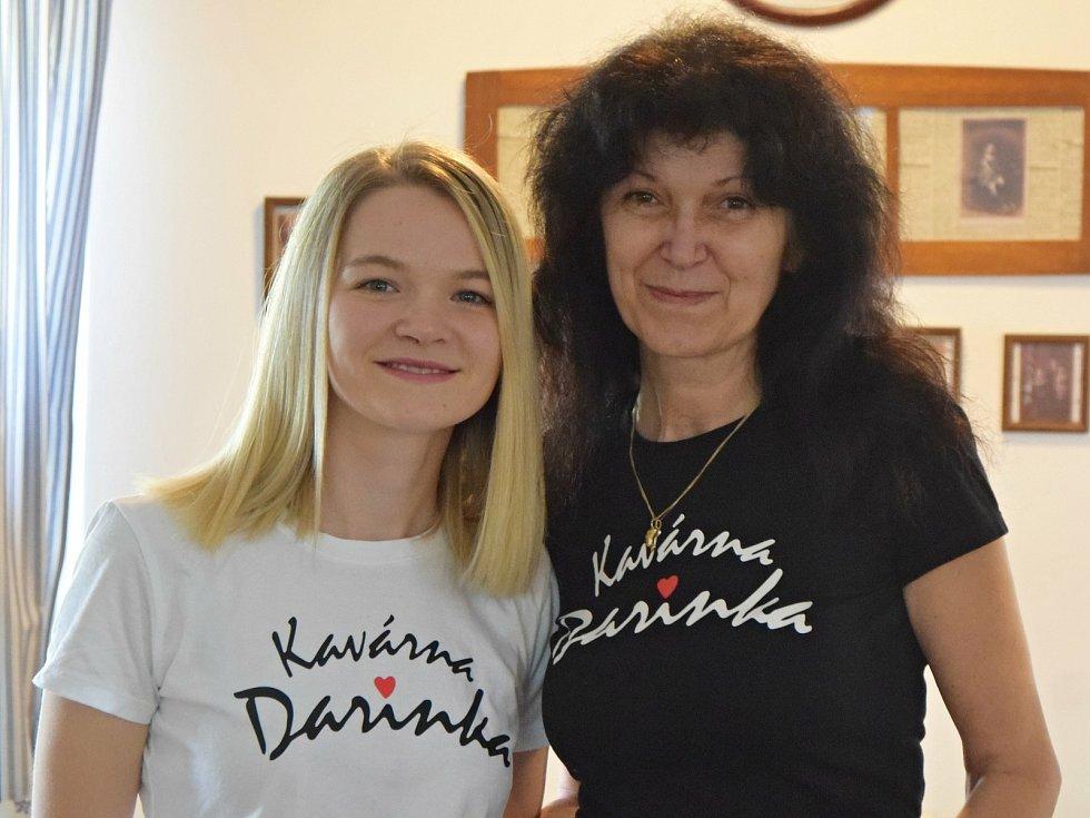 Darina Majerová (vpravo) s dcerou Darinou posílají džemy Kavárna Darinka ze Lhenic na olympiádu do Tokia. Snídat je budou čeští sportovci. Foto: Eliška Müglová