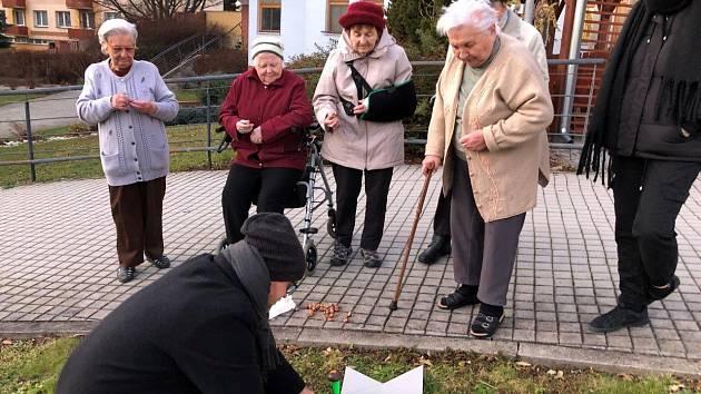 Krokusy sázely společně generace, připomínají oběti holokaustu.