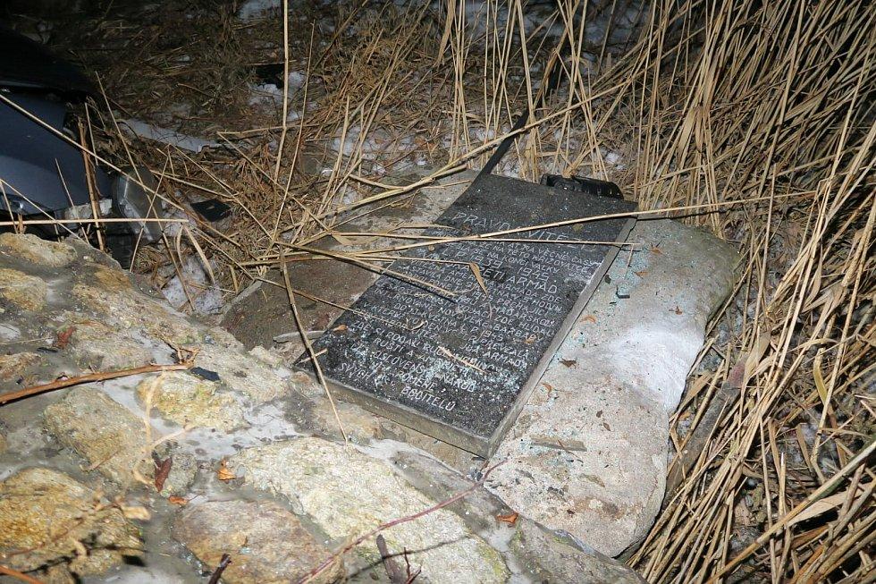 Pomník setkání pěti armád na vitějovické křižovatce u Stopařky zničený po nárazu auta v úterý 16. února.
