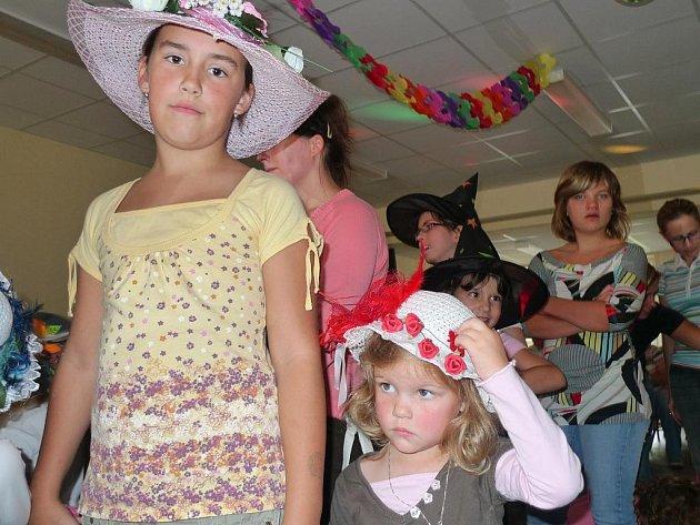 TANEC V KLOBOUKU. V chlumanské mateřské škole si děti s paní učitelkou vyzdobily klobouky, ty pak předvedly na prvním Kloboukovém bále.