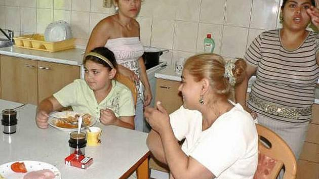 MAJÍ KDE SPÁT. Monika Lakatošová se svými dětmi našly ubytování v prachatickém charitním domě pro matky s dětmi. Vrátí se však brzy domů.