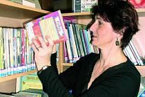 ČEKÁ JE STĚHOVÁNÍ. Ve stávajících prostorách se knihovnicím líbí. Knihy do regálu rovná Eva Buryanová.