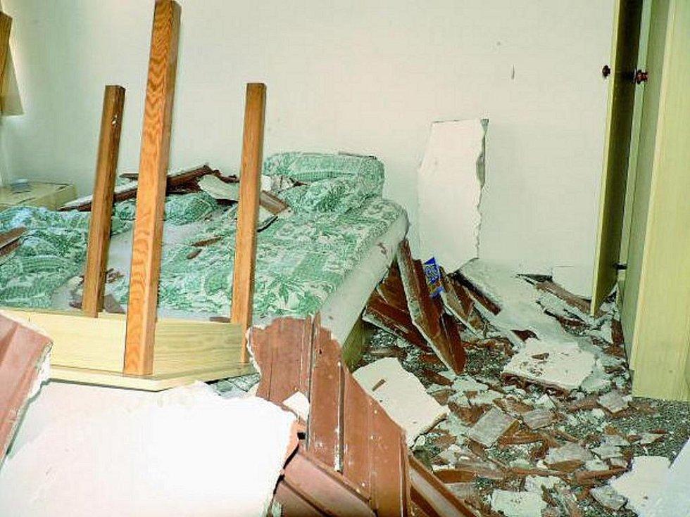 NEHODA. Na hosty v husineckém penzionu se zřítil strop. Manželé vyvázli naštěstí jen s malými oděrkami. Ubytovaným v penzionu město poskytlo náhradní nocleh.