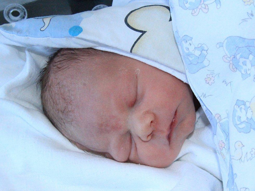 LUKÁŠ JANOUŠEK, VIMPERK. Narodil se ve čtvrtek 4. dubna ve 2 hodiny a 5 minutv prachatické porodnici. Vážil 3600 gramů. Rodiče: Anna a Vojtěch Janouškovi.