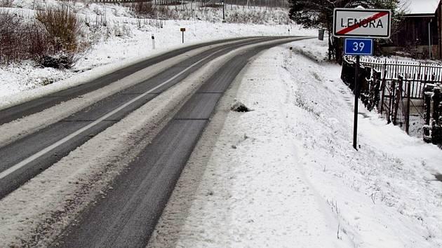 Silnici u Lenory v úterý 31. března pokryl sníh.