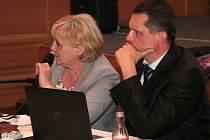 na otázky k zajištění internetu ve školách odpovídali opozici ředitelka školy a zastupitelka Dagmar Rückerová a místostarosta Jiří Cais.