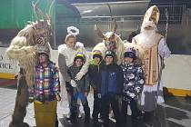 Mikuláš s čerty a andělem přišel mezi malé hokejbalisty.