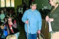 S ÚSMĚVEM. Členové občanského sdružení Ambrelo z Bratislavy ukázali, s jakými problémy se musí potýkat nevidomí spoluobčané v každodenním životě.