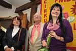 Slavnostní vernisáže se účastnili i členové skupiny Bertis (zleva) Ivana Bubeníčková, Andrew Bubeníček a Lucie Bubeníčková Bertis, která je současně autorkou povídky Klaun, do níž se mohou návštěvníci na výstavě začíst.