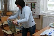 Připravit bylo třeba i lavice ve třídách. Řditelka školy ve Zbytinách Hana Klodnerová chystá pro žáky malé překvapení.