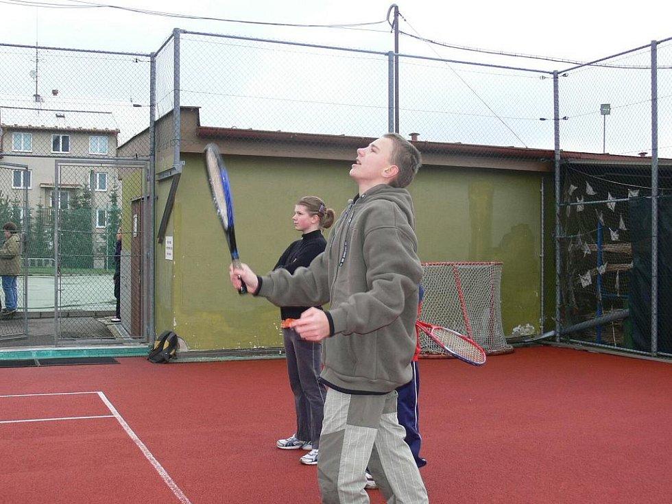 Trefit se přesně na cíl nebylo při tenisu vůbec jednoduché.
