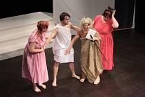 Štít města Prachatice se v úterý přehoupl do své druhé poloviny. Porotu i diváky pobavili herci Suchdolského divadla s komedií Ženský sněm.