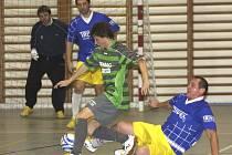 Václav Cais (na snímku uprostřed  bojující o míč) patřil po celou sezonu k největším tahounům týmu.