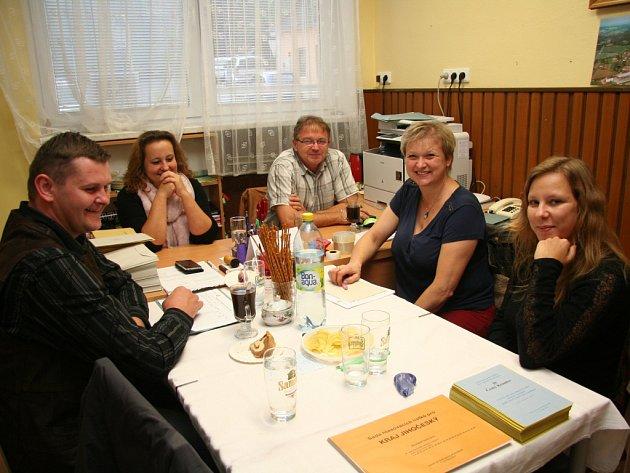 VŽernovicích se složení volební komise hodně obměnilo. jejím předsedou se po patnácti letech stal opět Miroslav Prokeš (uprostřed).