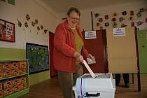 Krátce po 14. hodině začali do prachatického volebního okrsku s číslem 8 chodit první voliči.