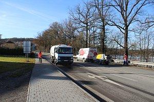 Výmoly v cestě u Kratochvíle omezují dopravu