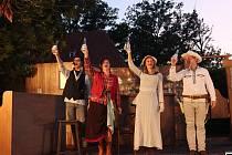 Divadelní léto na zámku Kratochvíle je v plném proudu. Další představení se chystá na čtvrtek 1. července od 21 hodin.
