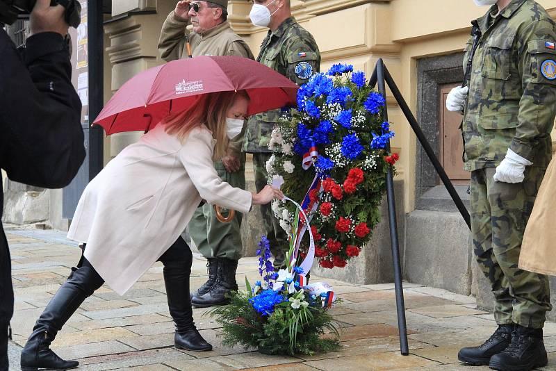 Květiny k pamětní desce na budově úřadu na Velkém náměstí položili v pátek 7. května Prachatičtí.