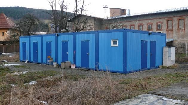 Stavební buňky pro neplatiče nechalo město prachatice instalovat do Nádražní ulice před více než pěti roky.