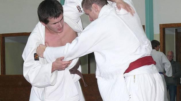 Radek Aleš (vlevo) zápolí se soupeřem.