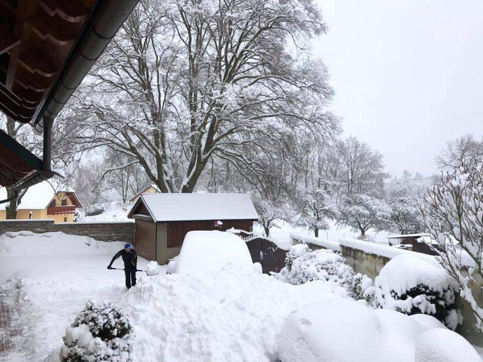 """""""Hodinu a půl házet sníh ve Zdíkově, to tu pár let nebylo,"""" říká Zdeněk Albrech ke svému snímku."""