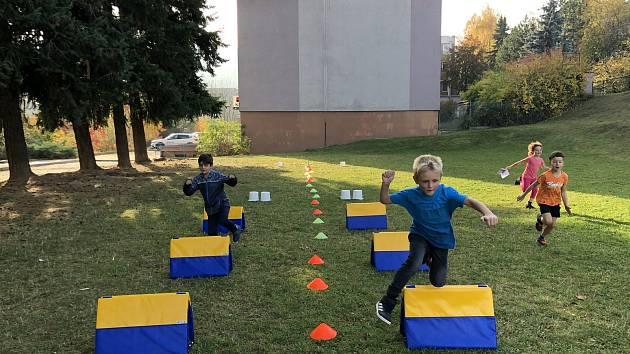 Děti z Vodňanky tentokrát běhaly přes překážky.
