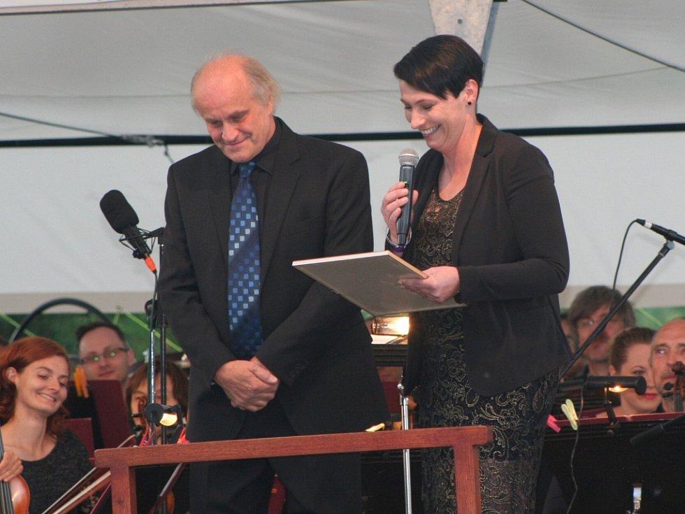 Čestné občanství obdržel Michael Kocáb z rukou starostky Husince Ludmily Pánkové.