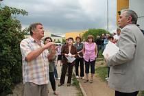 Při červnovém jednání v Mírové ulici diskutoval se starostou Bohumilem Petráškem (vpravo) vlastník pozemků Josef Matoušek (vlevo).