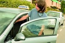 ZÁJEMCŮ JE DOSTATEK. Počet zájemců o řidičská oprávnění v porovnání s minulým rokem u prachatické autoškoly Zlatá stezka neklesá.  Na snímku adept Ondřej Tichý před jednou ze svých jízd.