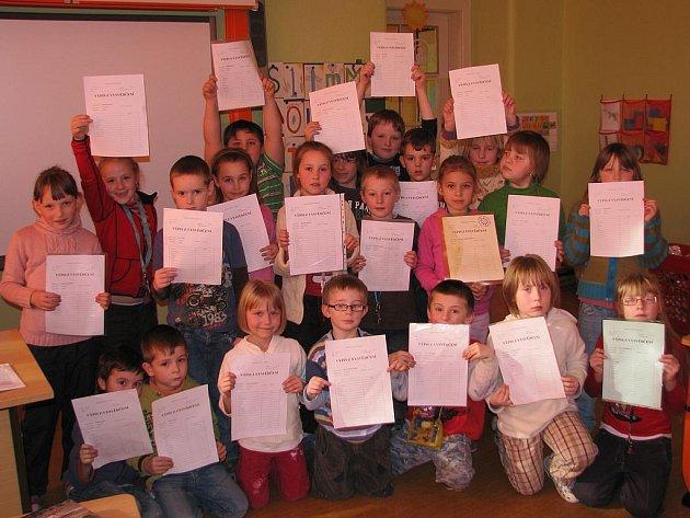 Prvňáčci ze Základní školy Vodňanská v Prachaticích si včera převzali výpis z vysvědčení.