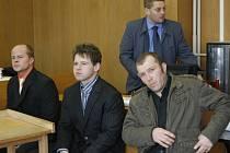 Před soudem stanuli Václav Geier, Daniel Janoušek a Jiří Janoušek (zleva).