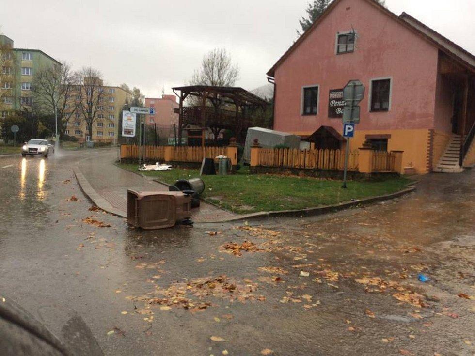 Vítr poničil i řadu dopravních značek v Prachaticích, převrácené popelnice jsou po celém městě.