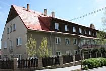 Bývalý chlapecký internát bývalé lesnické školy ve Vimperku by měl nabídnout ve dvou patrech malometrážní byty pro akčnější seniory.