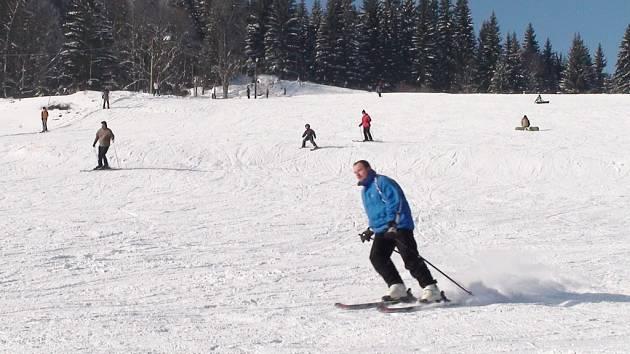 Strážný je připraveno na lyžaře.