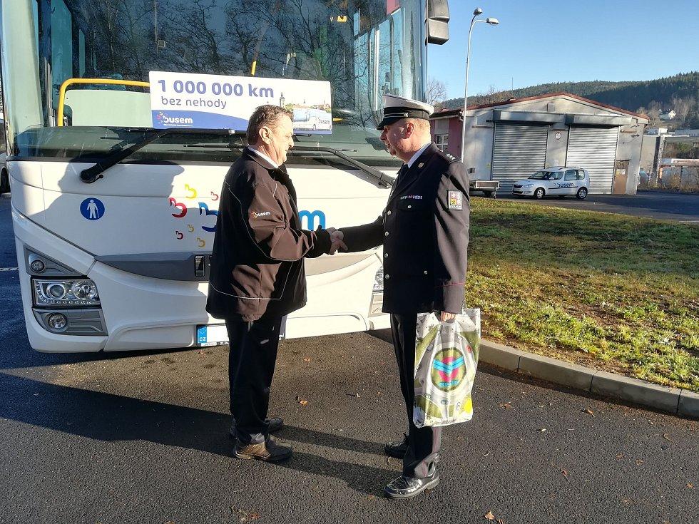 Řidič Josef Neužil autobusem jezdí od roku 1997. Na kontě už má milion kilometrů bez nehody.