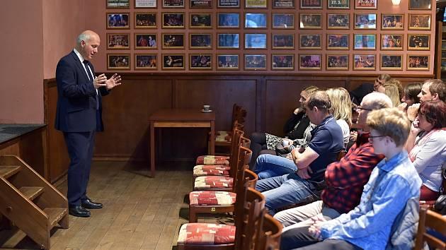 Předmájálesová diskuze s kandidátem na prezidenta Pavlem Fischerem ve Vimperku.
