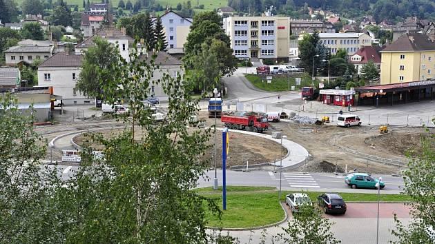 Práce na stavbě okružní křižovatky ve Vimperku, která bude mít pět výjezdů,  jsou v plném proudu. Hotovo by mělo být na začátku ledna příštího roku.