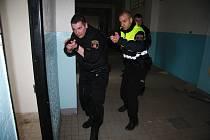 Strážníci městské policie Vimperk druhým rokem využívají jeden z rozsáhlých prázdných objektů v bývalých kasárnách U Sloupů k nácviku taktiky, která souvisí s nutností vstoupit a prohledat objekt.