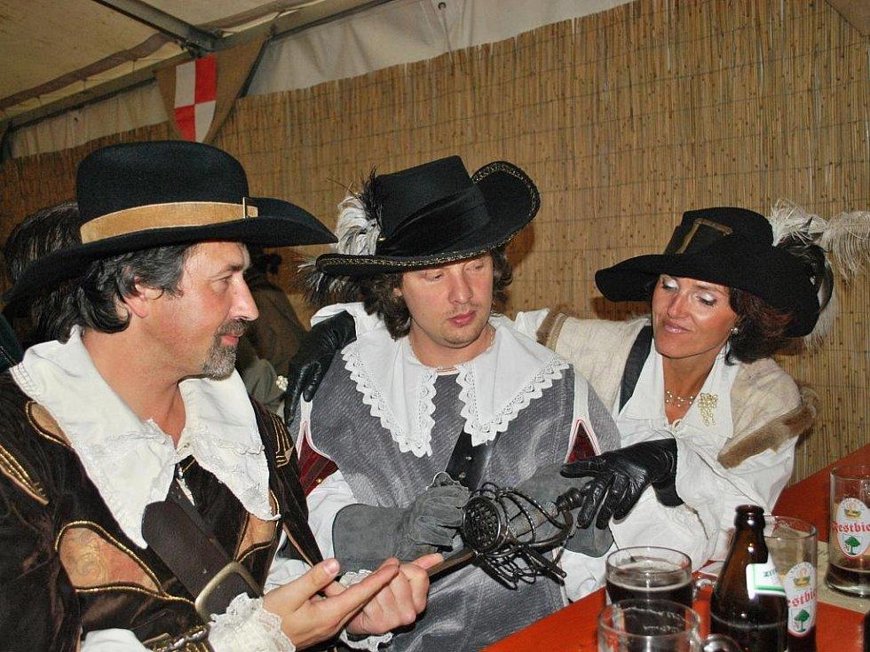 Vimperské kulturní středisko vypravilo v pátek večer na freyungský festival autobus se zástupci radnice, spolků i veřejnosti a to samozřejmě ve stylových kostýmech.