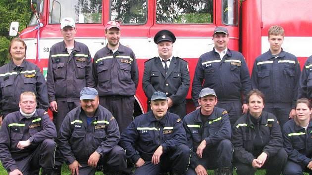 """Novopečtí hasiči se svou """"Bábou""""."""