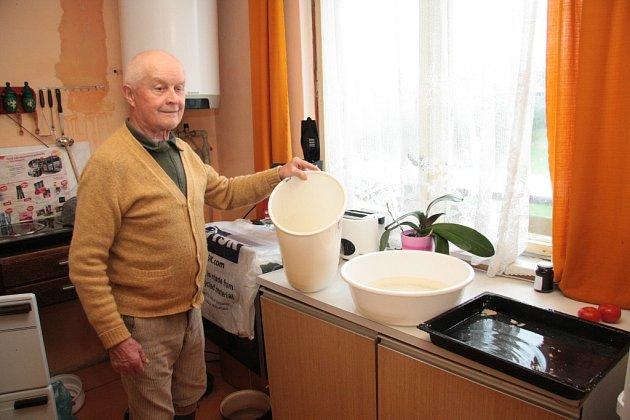 Pan Vladimír Svoboda slaví v těchto dnech 86. narozeniny. Místo oslavy ale s manželkou vylévají kbelík za kbelíkem.