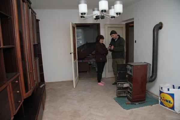 Obývací pokoj má Teresa Rosenfelderová zatím téměř vystěhovaný do ložnice. čeká na nový koberec.