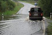 Zaplavená je i silnice ze Smědče do Ktiše, na kterou se vylil Smědečský rybník. Silnice je sice průjezdná, ale s velkou opatrností. Kvůli nemožnosti objízdné trasy museli silničáři úsek pouze označit dopravním značením se snížením rychlosti.