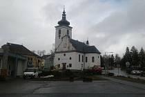 Oprava volarského náměstí začala. Stromy před kostelem padly jako první, kostel sv. Kateřiny totiž bude součástí náměstí.